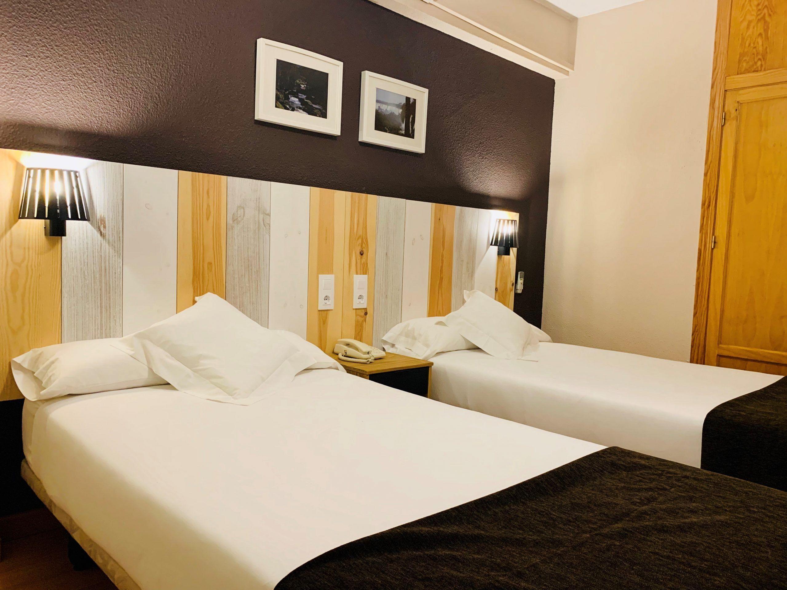 habitación con 2 camas separadas
