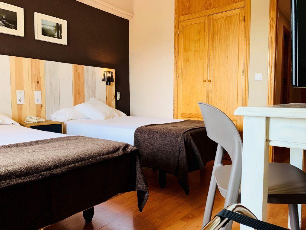 habitación premium 2 camas luminosa